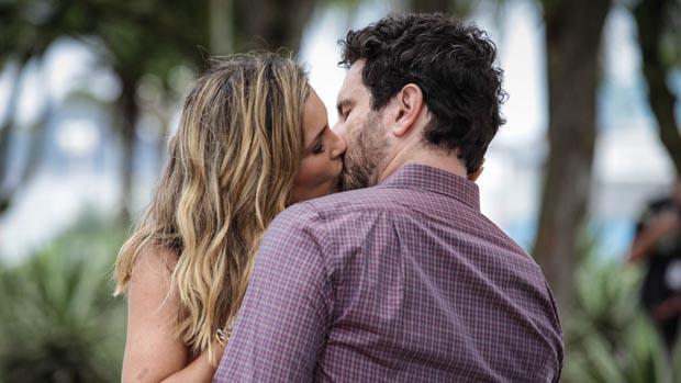Érica (Flávia Alessandra) e Celso (Caco Ciocler) se beijam em Salve Jorge