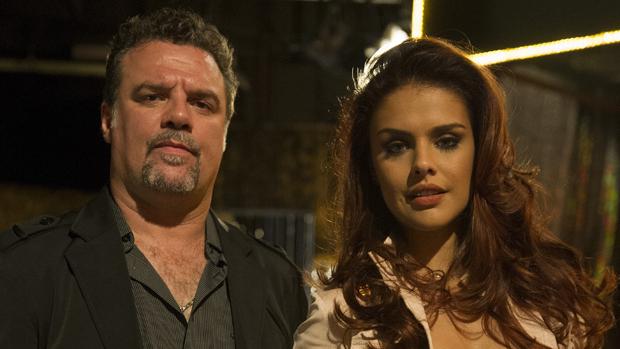 Rosângela (Paloma Bernardi) e Russo (Adriano Garib) na novela Salve Jorge
