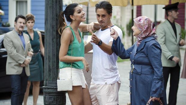 Drica (Mariana Rios) e Pepeu (Ivan Mendes) se beijam em público e são repreendidos por uma senhora que ameaça chamar a polícia