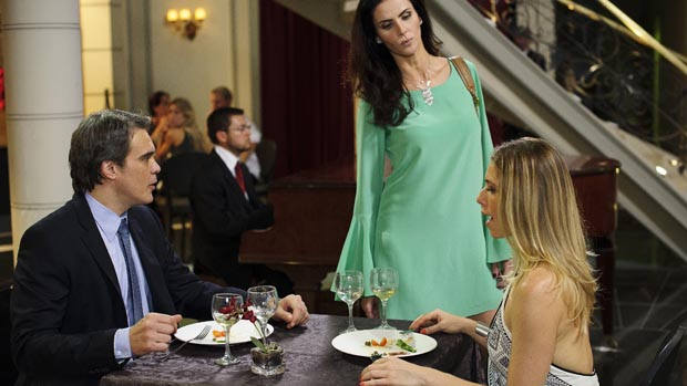 Carlos (Dalton Vigh) almoça com Antonia (Letícia Spiller) e Amanda (Lizandra Souto) chega, puxa a toalha e derruba tudo