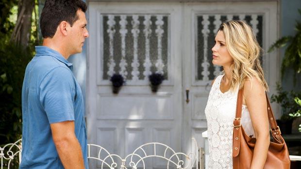 Théo (Rodrigo Lombardi), desnorteado após receber a notícia da morte de Morena, chega em casa e encontra Érica (Flávia Alessandra) em sua porta