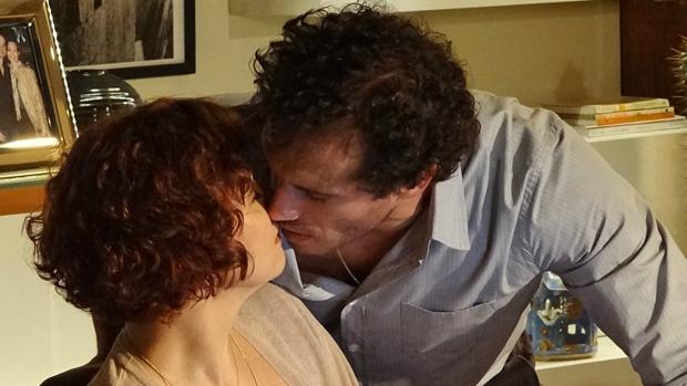 Esther (Julia Lemmertz) e Guaracy (Paulo Rocha) quase se beijam em <em>Fina Estampa</em>