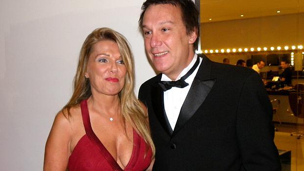 O apresentador do Pânico na TV, Emílio Surita, com a mulher, Anne