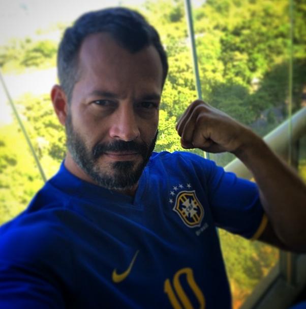 O ator Malvino Salvador posa com camisa da Seleção Brasileira diz: É hoje!!!!