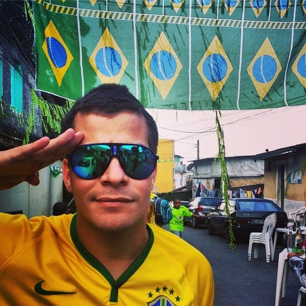 O ator Thiago Martins posa de verde e amarelo e diz: Avante Brasil!