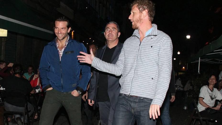 O bofe Bradley Cooper vai com o elenco de Se Beber, Não Case! a um restaurante da Lapa, na noite de quarta-feira