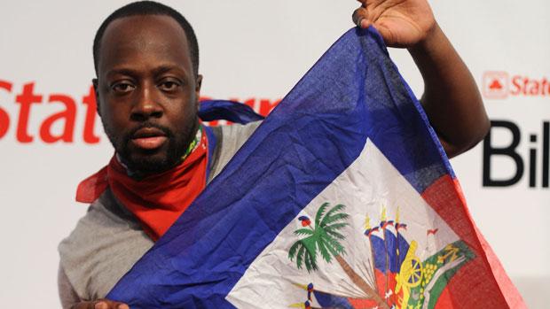 o-cantor-wyclef-jean-segura-a-bandeira-do-haiti-original.jpeg
