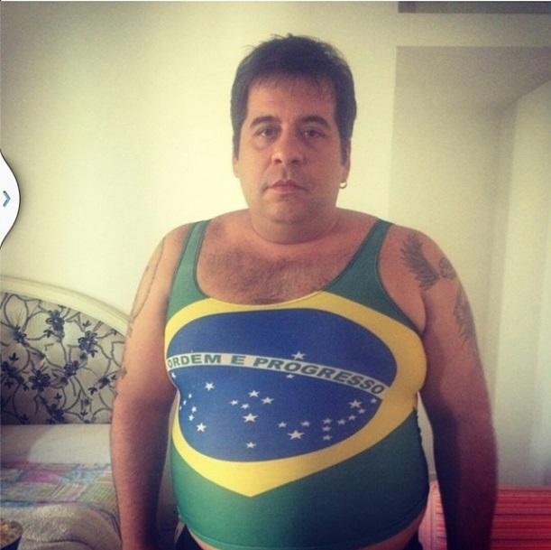 O comediante Leandro Hassum veste regata sexy para torcer pelo Brasil.