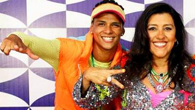 O dançarino DG, ao lado de Regina Casé, apresentadora do Esquenta