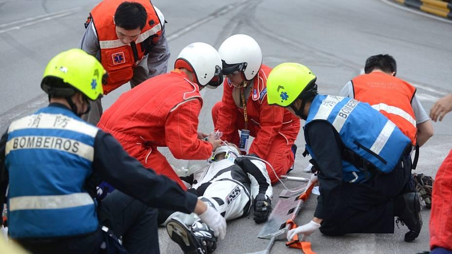 O piloto português é atendido após acidente no circuito de rua de Macau