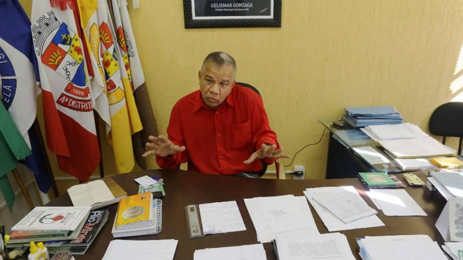 O prefeito de Itaocara, Gelsimar Gonzaga, do PSOL, em seu gabinete