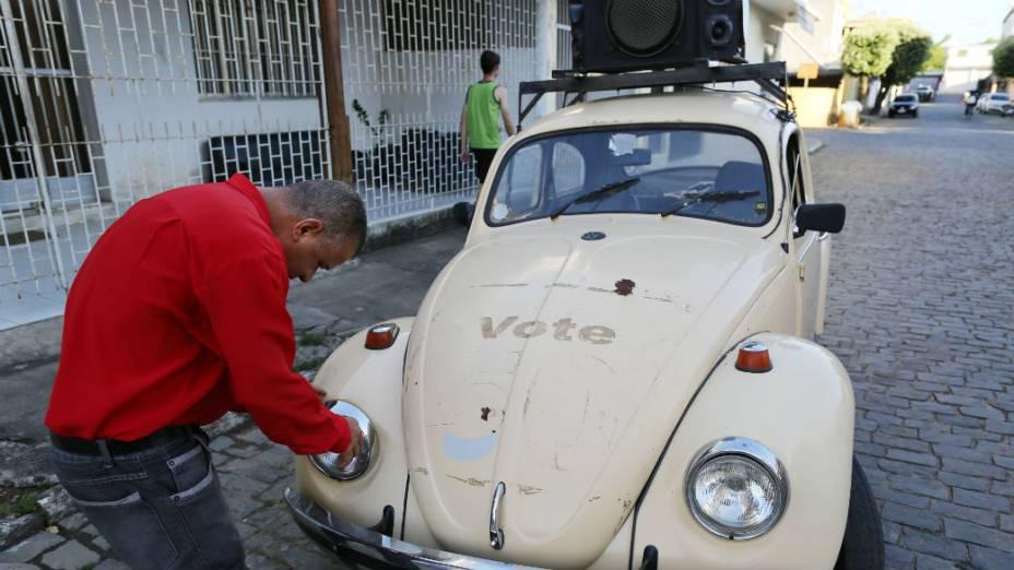 O prefeito de Itaocara, Gelsimar Gonzaga, do PSOL, utiliza o Fusca para protestar contra adversários políticos