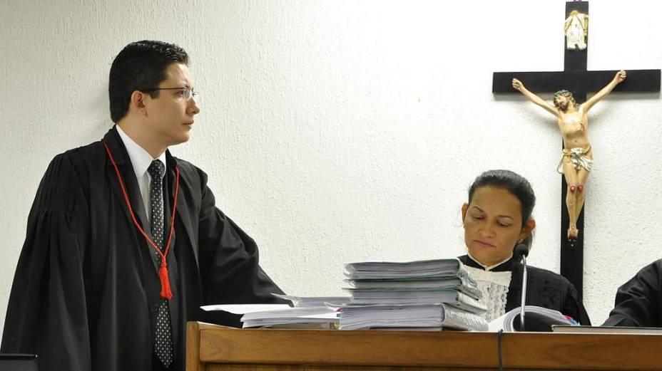 O promotor Henry Castro e a juíza Marixa Fabiane no júri do ex-policial Bola