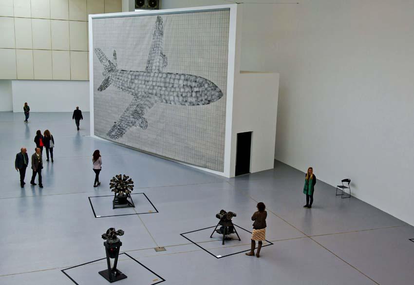 """Imagem de avião, de Thomas Bayrle, intitulada """"Flugzeug"""" na sala de máquinas na exposição """"dOCUMENTA (13)"""" em Kassel, Alemanha"""