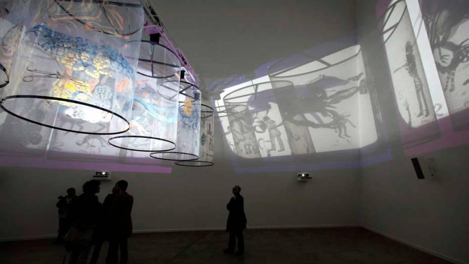 "Projeções da obra ""In Search of Vanished Blood"", da artista Nalini Malani, na exposição ""dOCUMENTA (13)"" em Kassel, Alemanha"
