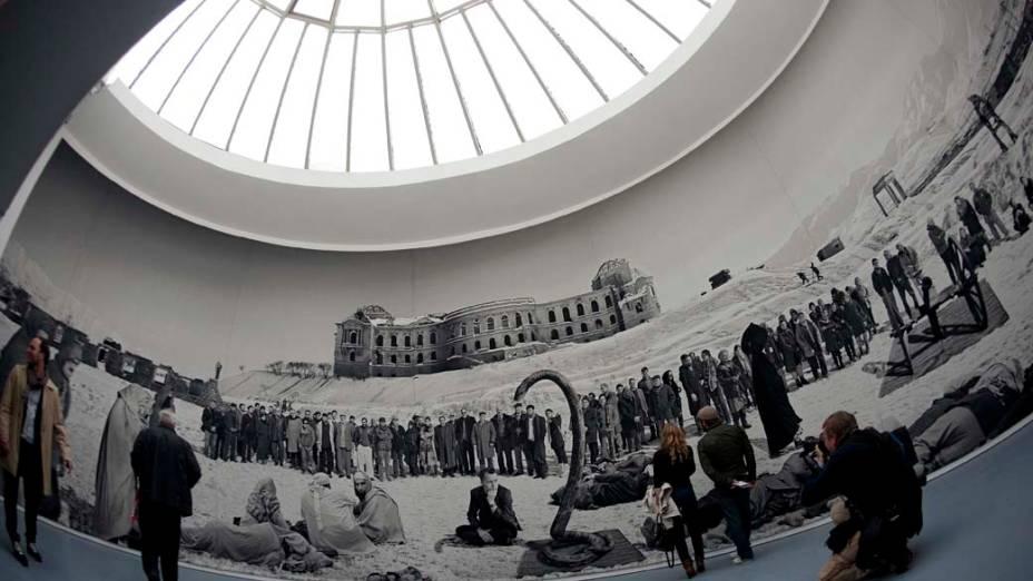 """Visitantes observam o trabalho """"Of what is, that it is; of what is not, that is not 1, 2012"""" do artista Goshka Macuga, na exposição """"dOCUMENTA (13)"""" em Kassel, Alemanha"""