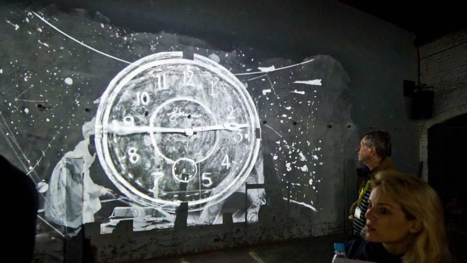"""Visitantes na instalação """"The Refusal of Time"""" do artista William Kentridge, na exposição """"dOCUMENTA (13)"""" em Kassel, Alemanha"""