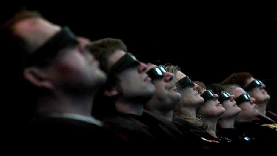 Visitantes no novo planetário 3D do Museu da Ciência de Barcelona, Espanha