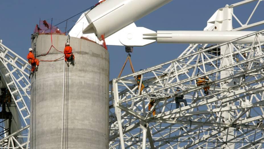 A montagem da cobertura do Engenhão, em 2007