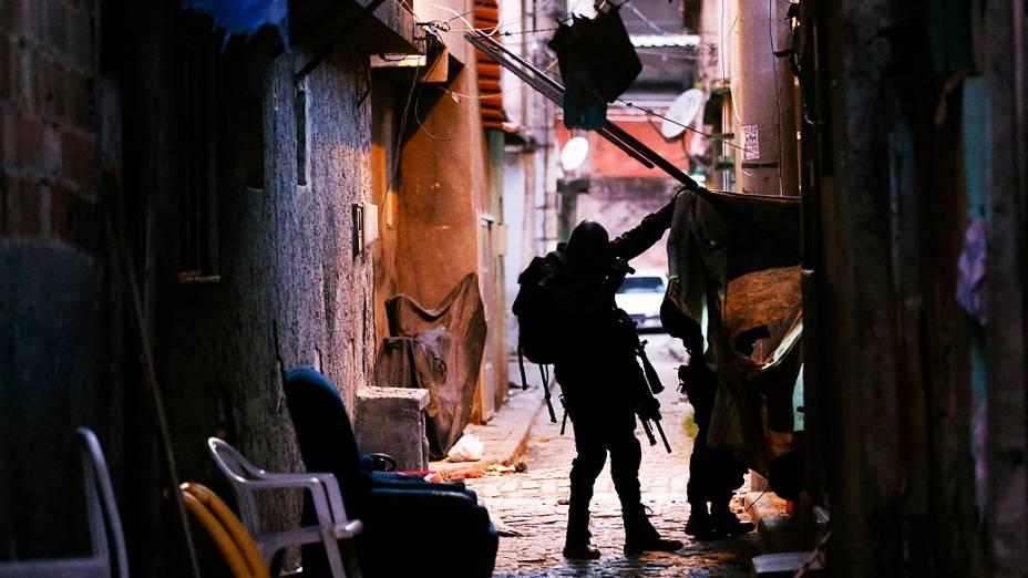 Homens da Polícia Federal, Militar, Civil e da Marinha participam da ocupação do Complexo da Maré na Zona Norte do Rio de Janeiro, RJ, neste domingo (30)