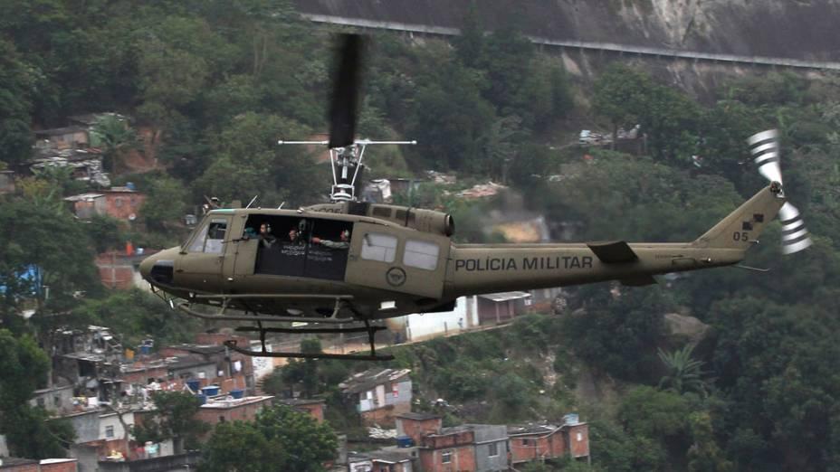 """Helicóptero da polícia militar sobrevoa a Rocinha, durante a operação """"Choque de Paz"""", no Rio de Janeiro - 13/11/2011"""