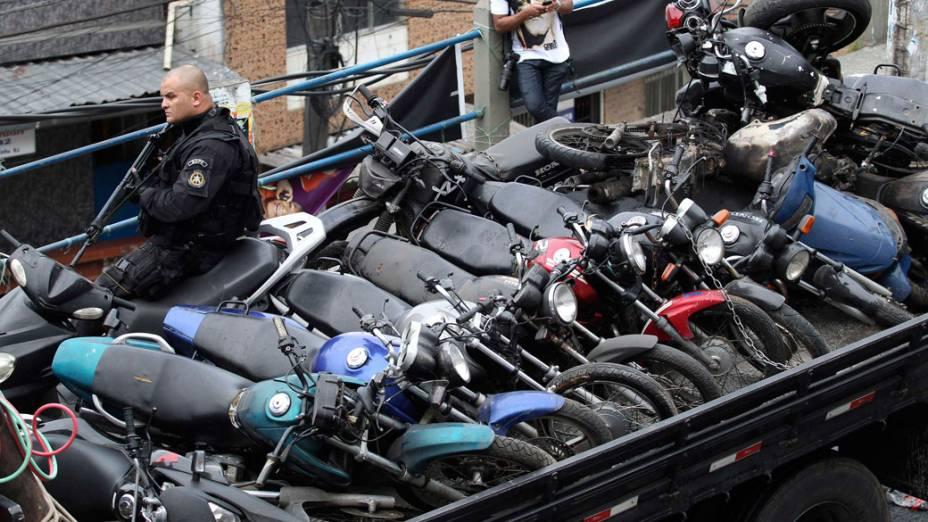 """Motos apreendidas durante a operação """"Choque de Paz"""", no Rio de Janeiro - 13/11/2011"""