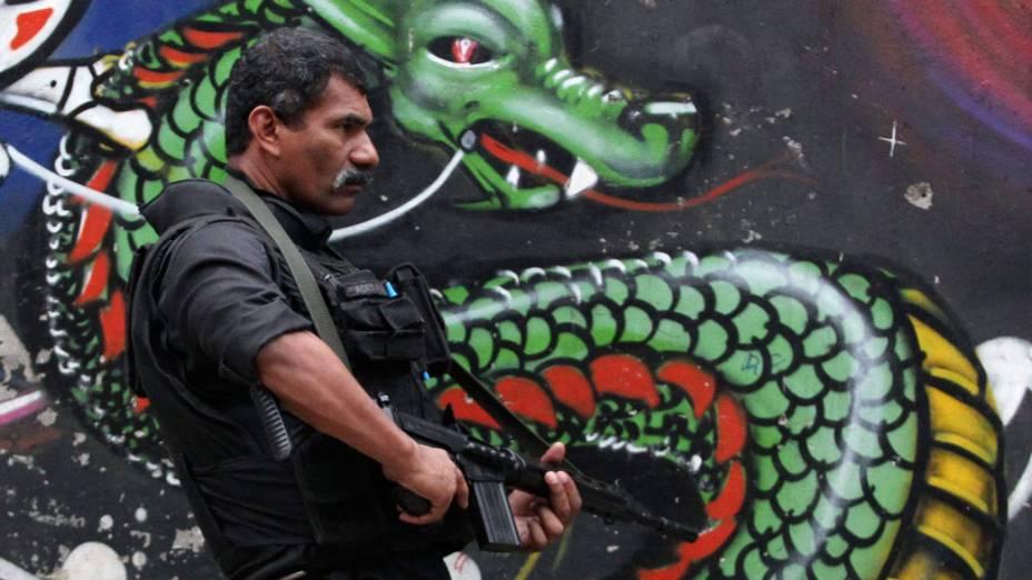 """Policial patrulha ruas da Rocinha, durante a operação """"Choque de Paz"""", no Rio de Janeiro - 13/11/2011"""