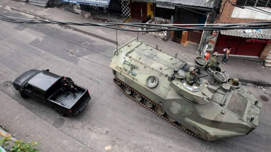 """Blindado da Marinha entra na favela da Rocinha, durante ocupação da operação """"Choque de Paz"""", no Rio de Janeiro - 13/11/2011"""