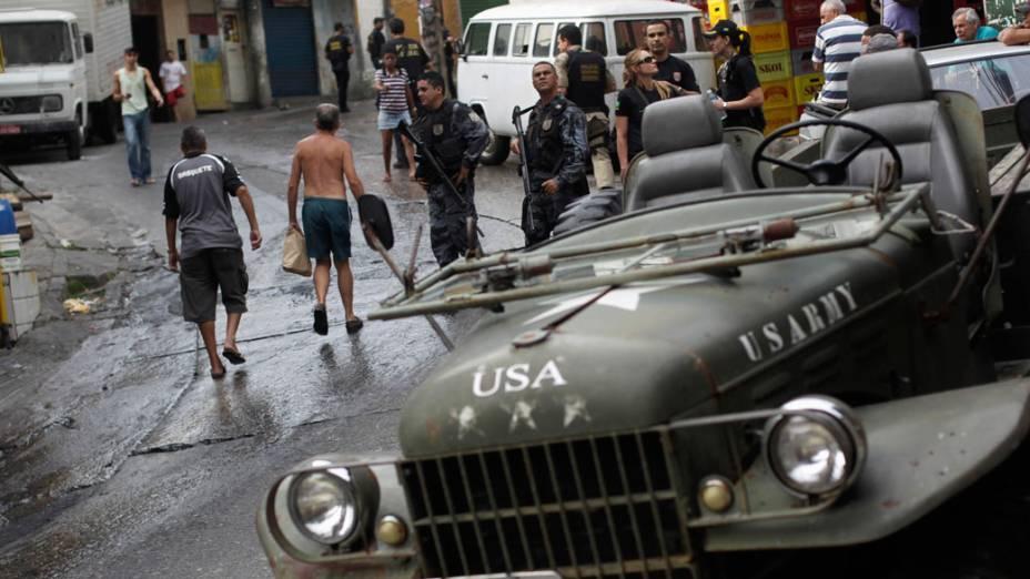 Policiais e moradores circulam próximos a uma das entradas da favela do Vidigal, no Rio de Janeiro - 13/11/2011