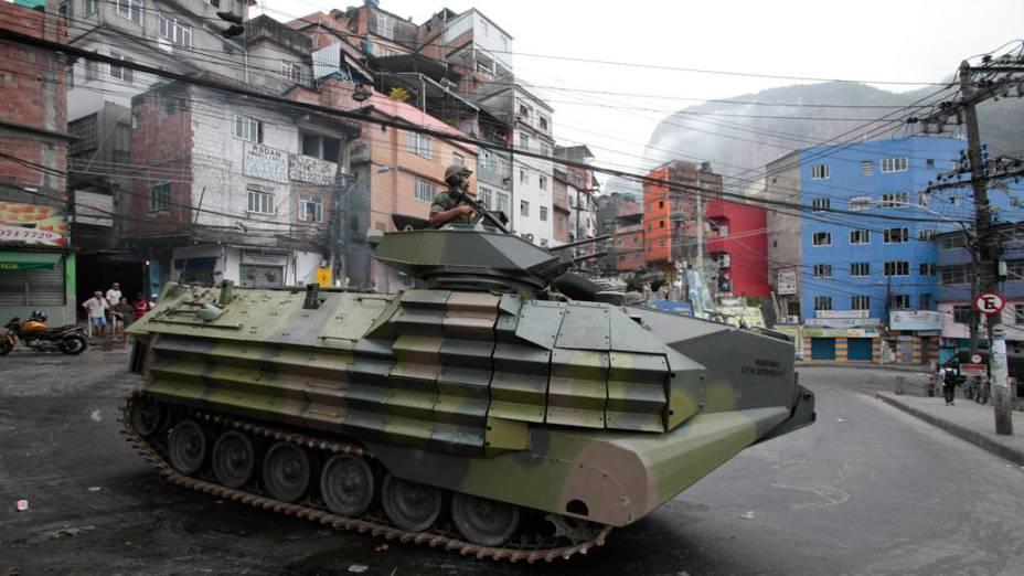 """Blindado das Forças Armadas patrulha rua da favela da Rocinha, durante a operação de ocupação """"Choque de Paz"""" - 13/11/2011"""