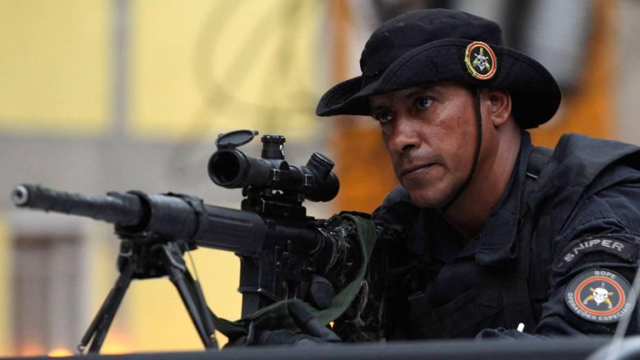 """Atirador de elite do BOPE, durante a operação de ocupação """"Choque de Paz"""" - 13/11/2011"""