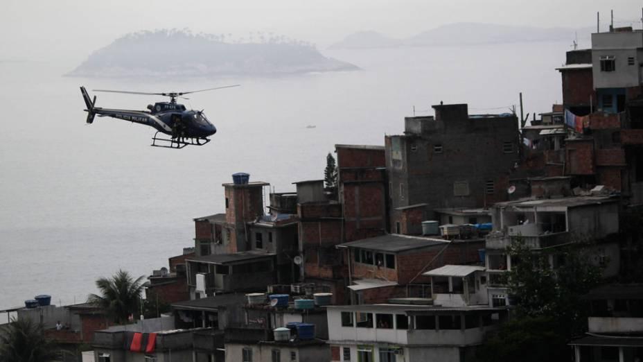 """Helicóptero da policia sobrevoa a favela da Rocinha, durante a operação de ocupação """"Choque de Paz"""" - 13/11/2011"""
