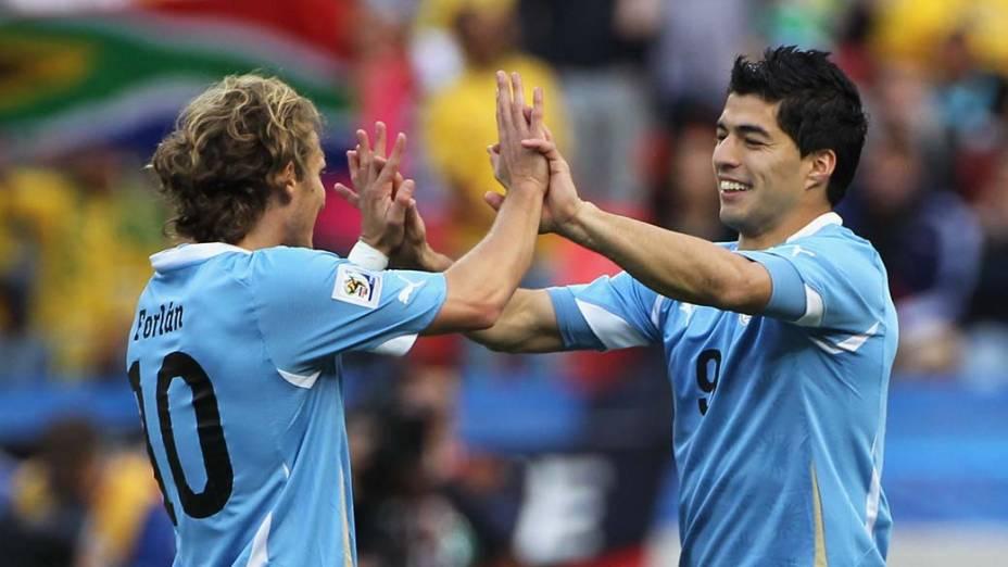 Diego Forlan e Luis Suarez comemoram o primeiro gol do Uruguai contra a Coreia do Sul
