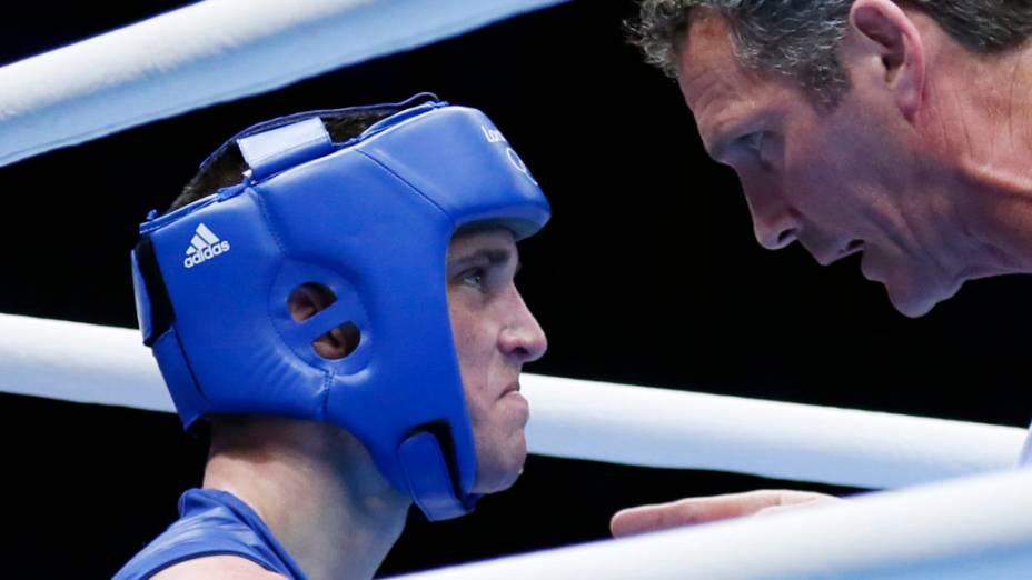 O britânico Josh Taylor recebe instruções de seu técnico durante luta contra o brasileiro Robson Conceição na categoria 60kg do boxe, em 29/07/2012