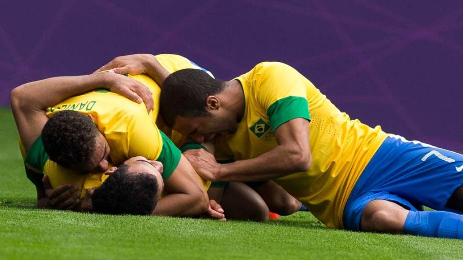 Jogadores da seleção brasileira comemoram gol sobre a Nova Zelândia, em 01/08/2012