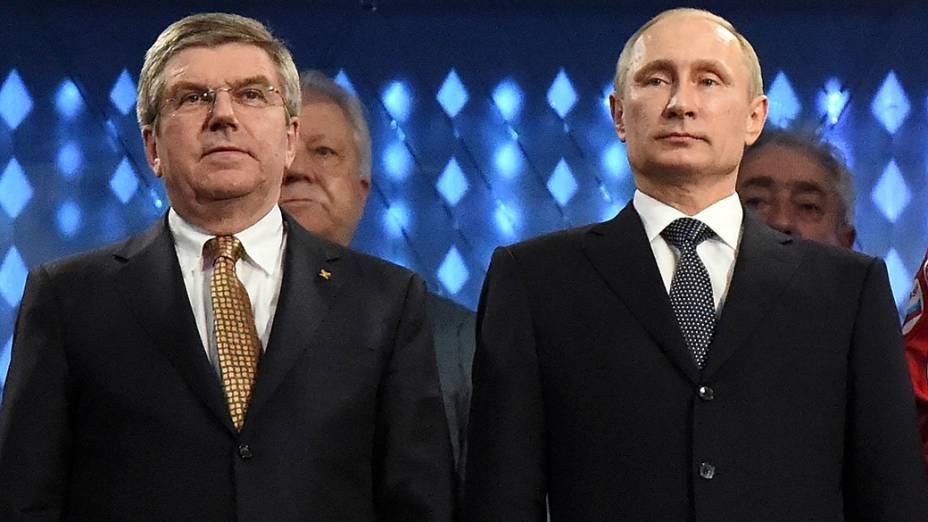 Thomas Bach, presidente do Comite Olímpico, e Vladmir Putin, no encerramento dos Jogos de Sochi