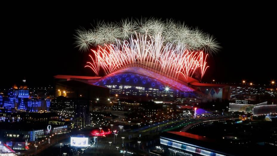 Fogos de artifício no encerramento dos Jogos Olímpicos de Inverno de Sochi, na Rússia