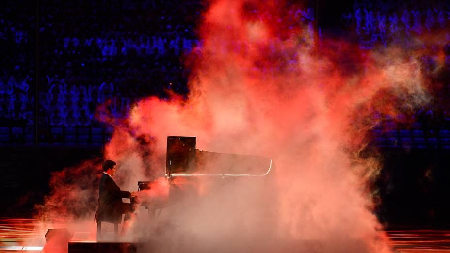 O pianista russo Denis Matsuev no encerramento dos Jogos de Sochi, na Rússia