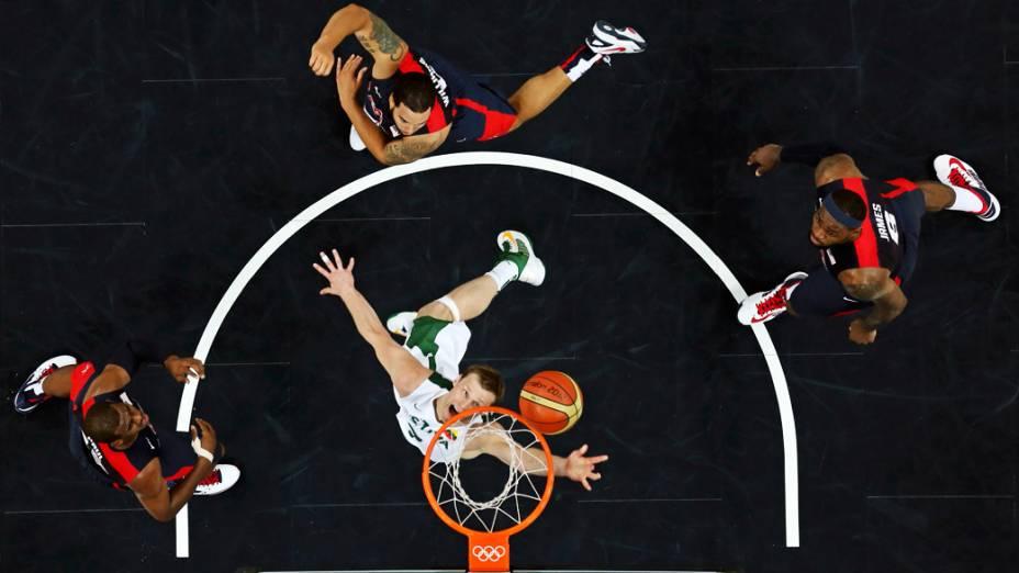 Estados Unidos de Lebron James, Deron Williams e Chris Paul, vencem a Lituânia de Martynas Pocius na fase preliminar do torneio de basquete masculino dos Jogos Olímpicos de Londres 2012