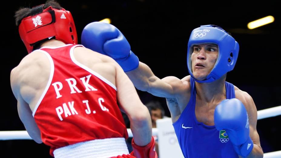 O brasileiro Julião Neto luta contra o norte coreano Pak pela categoria até 52 Kg durante o Jogos Olímpicos de Londres 2012