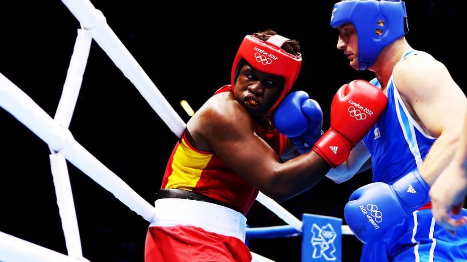 Roberto Cammarelle, da Itália, luta com o equatoriano Ytalo Perea Castillo no 5º dia dos Jogos Olímpicos de Londres na categoria dos super pesados