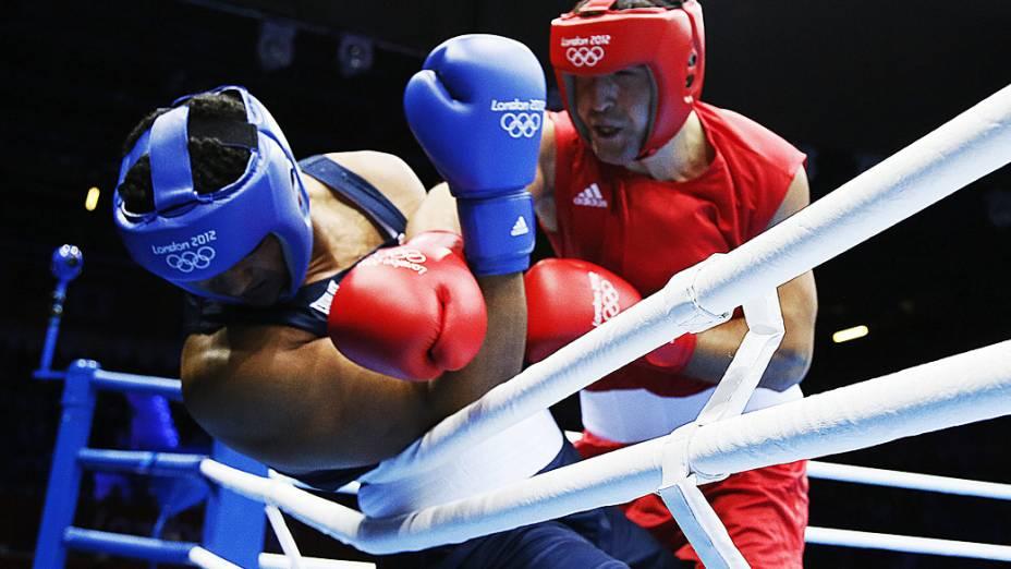 Dominic Breazeale, dos Estados Unidos, se defende do golpe do russo Magomed Omarov na categoria dos super pesados do torneio de boxe dos Jogos Olímpicos de Londres 2012