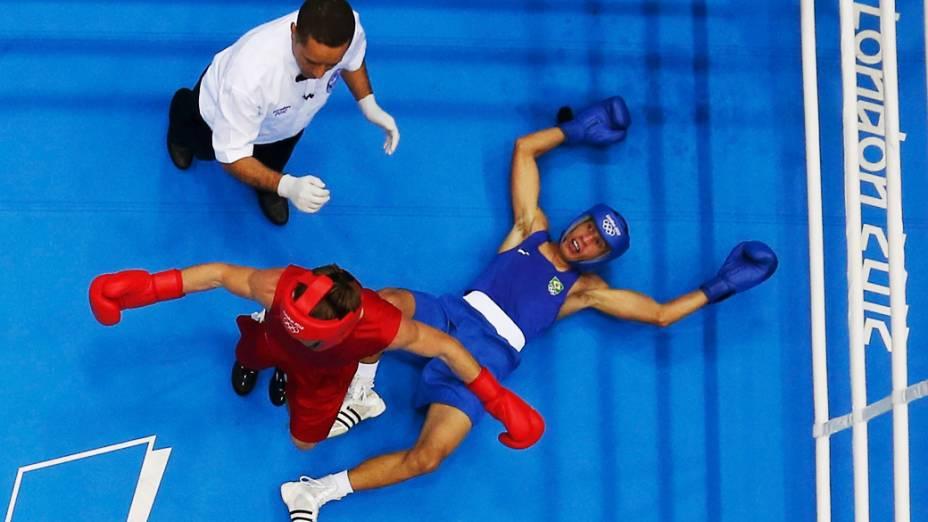 Sergey Vodopiyanov enfrenta o brasileiro Robenilson Vieira de Jesus durante os Jogos Olímpicos de Londres 2012