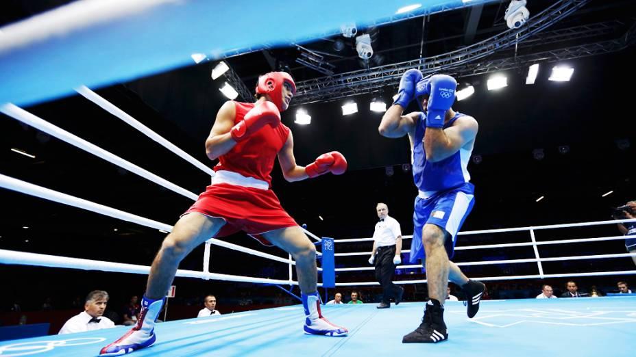 Yamil Peralta Jara, da Argentina, enfrenta Chouaib Bouloudinats, da Argélia, durante os Jogos Olímpicos de Londres 2012