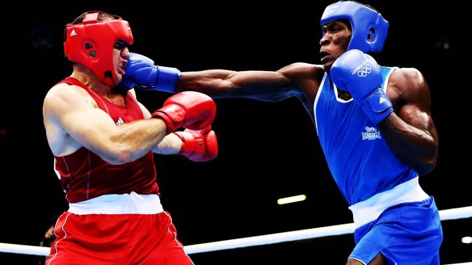 Magomedrasul Medzhidov do Azerbaidjão em acão contra o congolês Meji Mwanba na categoria dos super pesados nos Jogos Olímpicos de Londres 2012