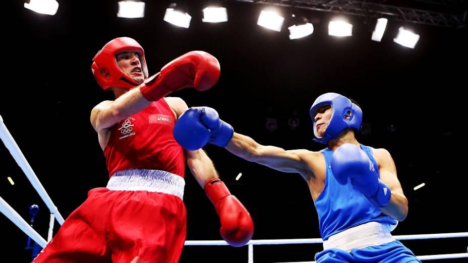 John Joe Nevin da Irlanda em ação contra Kanat Abutalipov do Cazaquistão