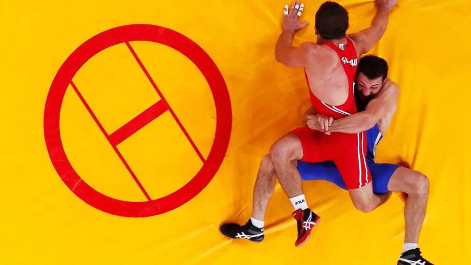 Alim Selimau da Bielorússia, enfrenta Danyal Gajiyev do Cazaquistão na luta greco-romana nos Jogos Olímpicos de Londres 2012