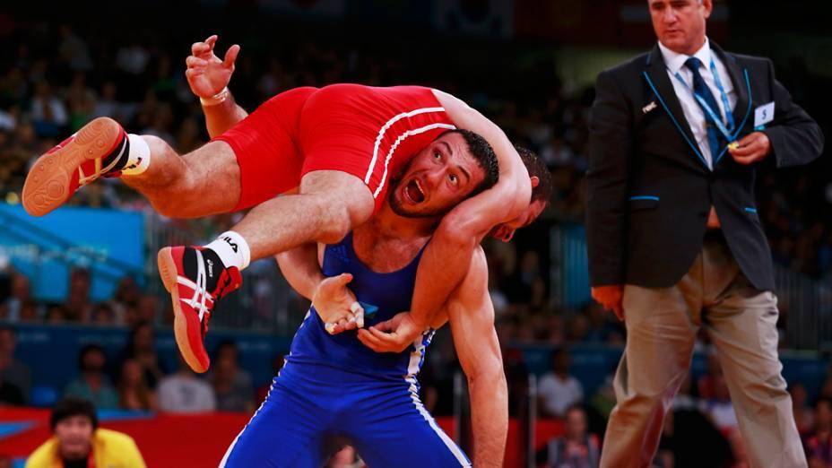 Alim Selimau da Bielorússia, enfrenta Danyal Gajiyev do Cazaquistão na luta greco-romana nos Jogos Olímpicos de Londres, em 06/08/2012
