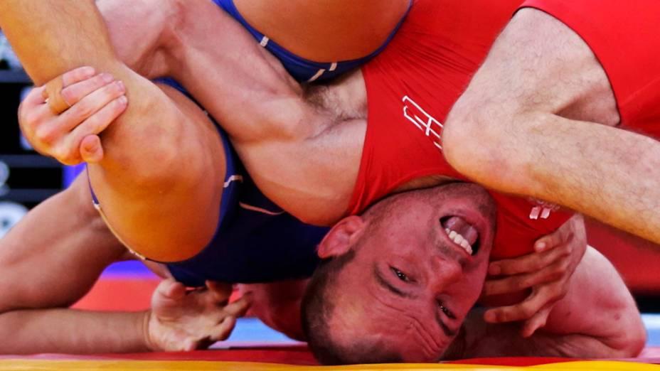 Mark Overgaard Madsen da Dinamarca enfrenta o russo Roman Vlasov na classificatória da luta-greco-romana nos Jogos Olímpicos de Londres 2012