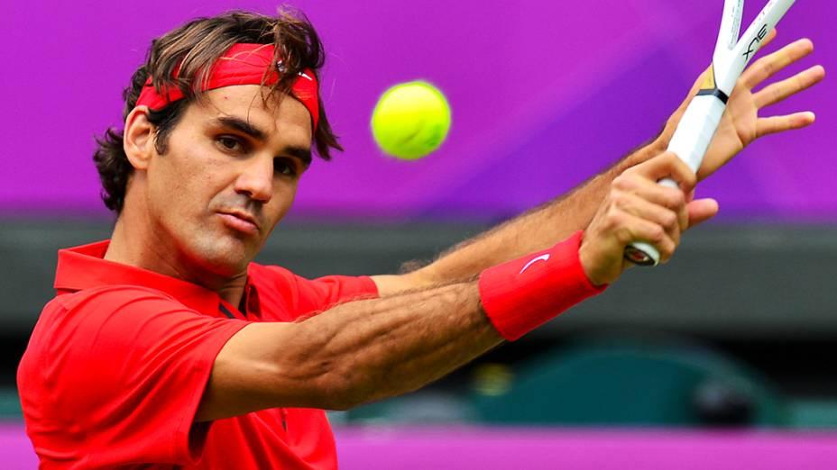 Roger Federer da Suíça devolve a bola para Julien Benneteau da França durante o segundo jogo do torneio de simples em Londres